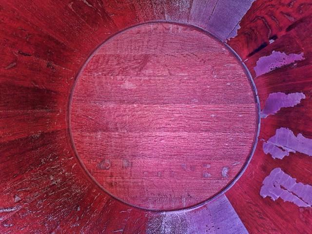 Ein Rotweinfass von innen